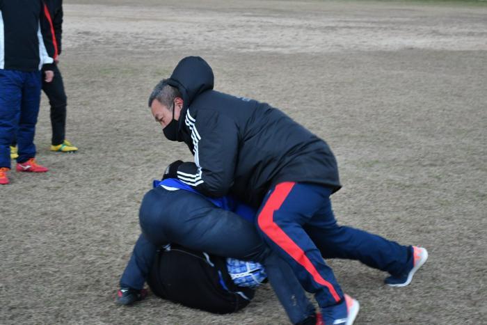 ジャッカルの動作を説明する酒井コーチ.jpg