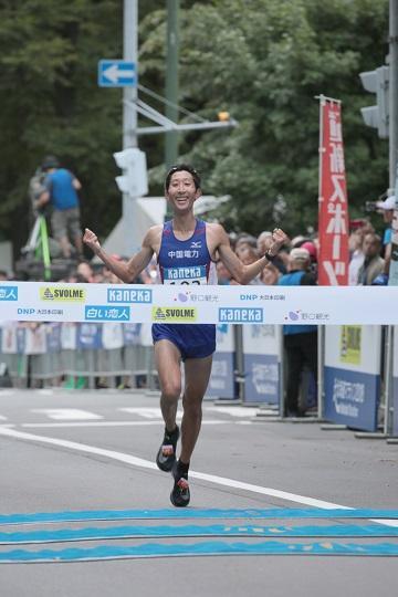 ②男子優勝者(岡本直己)※クレシ゛ット「北海道マラソン事務局」sou.jpg